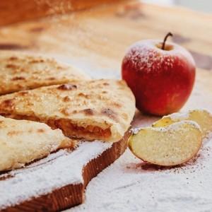 Осетинский пирог с яблоком и творогом
